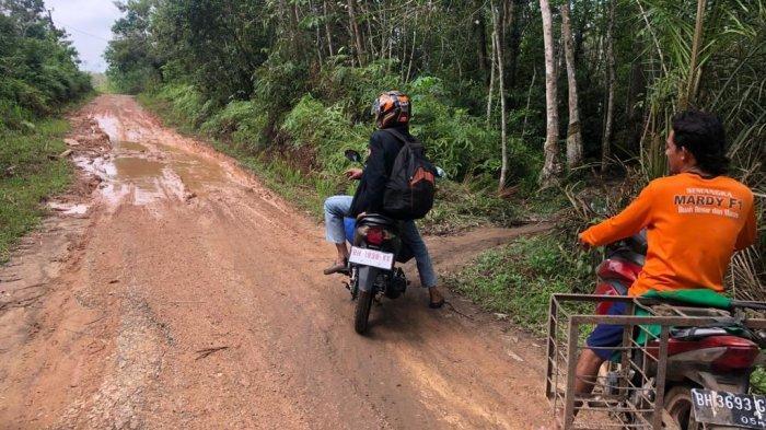 Jalan di Desa Suka Maju Muarojambi Rusak Parah, Banyak Warga Jatuh Ketika Melintas