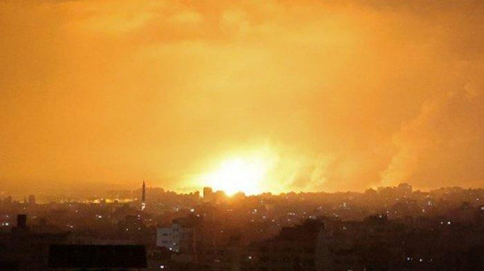 Israel menjatuhkan bom di Beit Lahiya, Gaza Utara, pada 14 Mei 2021 yang membuat malam mendadak terang tapi sangat mencekam