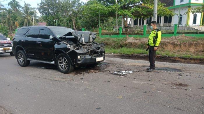 Kondisi mobil Bupati Merangin usai menabrak buntut truk batu bara di Batanghari