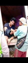 Korban saat diselamatkan warga Desa Bukit Baling. Warga Desa Bukit Baling, Kecamatan Sekenan, Kabupaten Muarojambi dikejutkan penemuan seorang yang sudah disekap