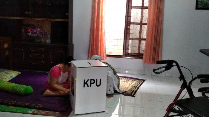 Kotak Diantar Ke Rumah Zuhratul Hasanah, DPT Tunanetra di Telanaipura Bisa Nyoblos