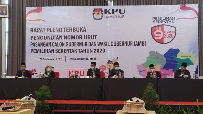 Anggota KPU Provinsi Jambi saat pencabutan nomor urut paslon di Swis Belhotel, Kamis (24/9/2020)