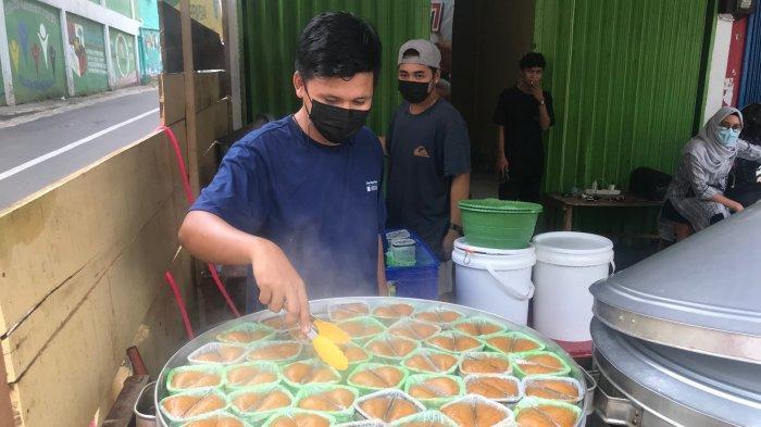 Kue Apang, kue tradisional khas suku Bugis-Makassar kini hadir di Jambi, yaitu Raja Apang Panas 77 yang berlokasi di Jalan Sultan Agung (Simpang Pulai).