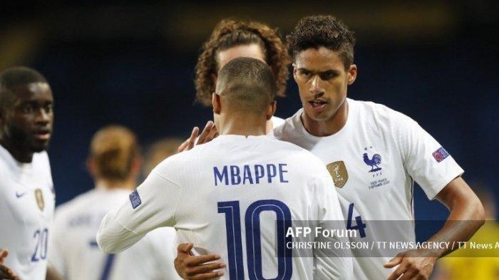 Kylian Mbappé dari Prancis diberi selamat oleh Raphael Varane setelah golnya selama pertandingan sepak bola UEFA Nations League antara Swedia dan Prancis di Friends Arena di Stockholm, Swedia, 5 September 2020.