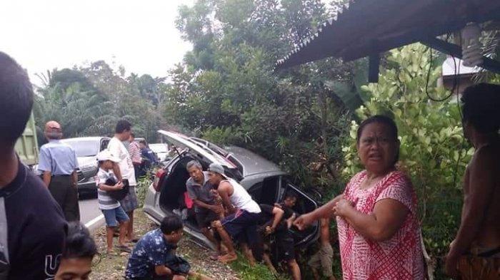 Mobil Seruduk Pohon di Tembesi, Satu Penumpang Dilarikan Ke RSUD Hamba