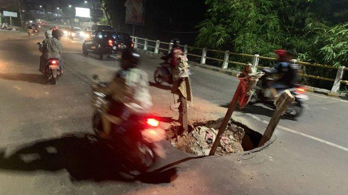 Hati-hati Lobang di Tengah Jalan, Sebagian Jalan di Jembatan Jelutung Kota Jambi Runtuh
