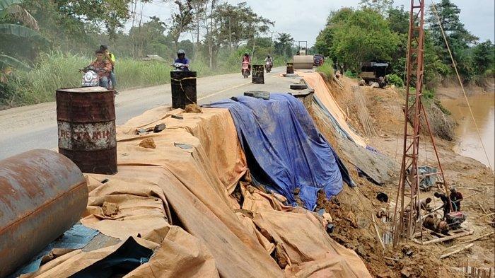Hati-hati Longsor di Jalan Lintas Jambi Sarolangun, Pekerja Sebut Ada Motor Pemuda Jatuh Saat Parkir