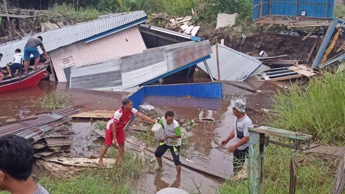 Rumah-rumah di Parit 6 Dusun Jaya Abadi Desa Menteng Kecamatan Mendahara, Kabupaten Tanjab Timur longsor lalu tenggelam ke sungai, Minggu (22/11/2020) sekitar pukul 04.00 WIB