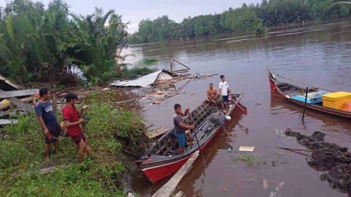 Lokasi dua unit Rumah di Parit 6 Dusun Jaya Abadi Desa Menteng Kecamatan Mendahara yang longsor ke dalam sungai, Minggu (22/11/2020) sekitar pukul 04.00 WIB