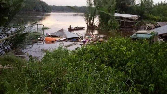 DETIK-DETIK Rumah-rumah di Dusun Abadi Tenggelam ke Sungai, Longsor di Tanjab Timur