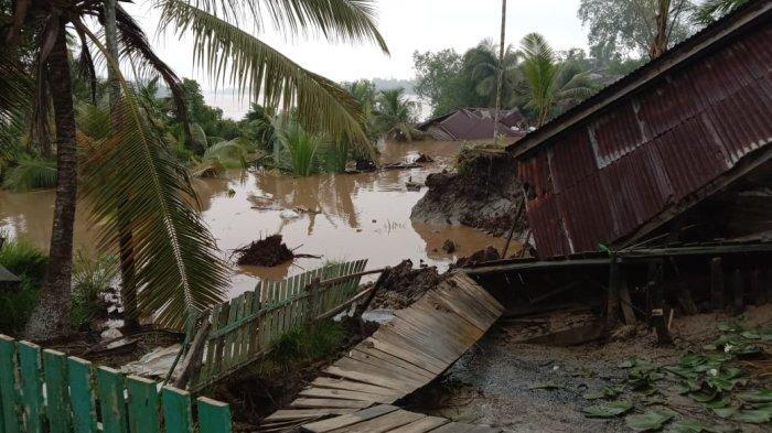 BREAKING NEWS Longsor di Senyerang Tanjab Barat Dua Rumah dan Satu Musala Rusak