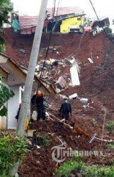 Petugas berusaha mencari korban tertimbun tanah longsor di Dusun Bojong Kondang, Desa Cihanjuang, Kecamatan Cimanggung, Kabupaten Sumedang, Minggu (10/1/2021). Longsor yang terjadi dua kali pada Sabtu, 9 Januari 2021 itu, mengakibatkan 18 jiwa luka dan 13 jiwa menggal dunia.