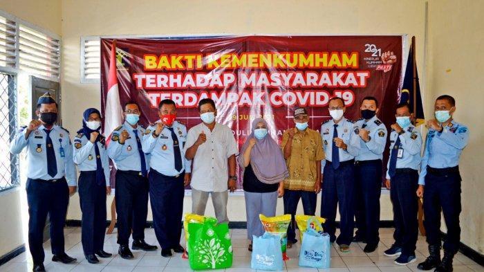 LPKA Klas II Muara Bulian Bagikan Paket Sembako ke Warga Terpapar Covid-19
