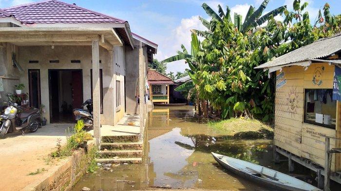 Luapan Sungai Batanghari yang juga telah memasuki area Buluran Kenali, Telanaipura, Kota Jambi, menyebabkan rumah-rumah di bantaran Danau Sipin mulai terendam banjir.