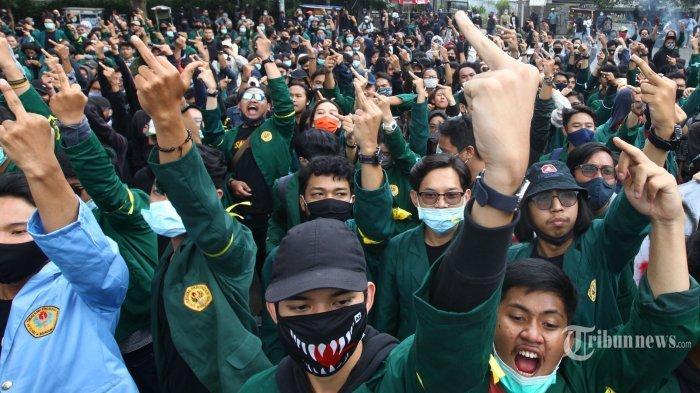 Massa yang tergabung dalam Aliansi Mahasiswa Pasundan melakukan unjuk rasa di depan Gedung DPRD Jawa Barat, Jalan Diponegoro, Kota Bandung, Jawa Barat, Rabu (7/10/2020). Para demonstran menolak Omnibus Law Undang-Undang (UU) Cipta Kerja yang baru disahkan oleh DPR RI. Dalam aksinya, mereka sempat berusaha masuk Gedung DPRD Jabar dengan mendobrak pintu gerbang namun usahanya gagal.