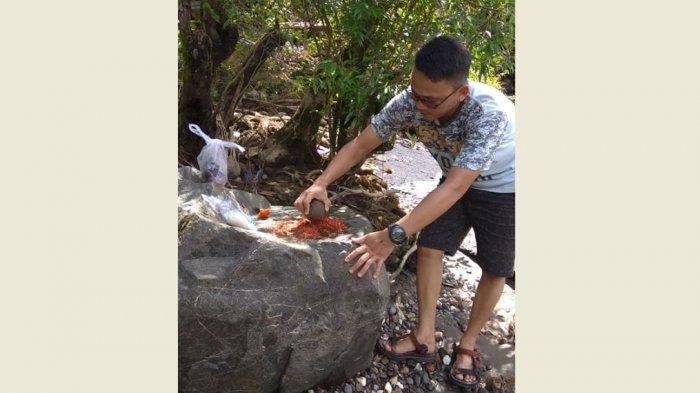 TRIBUNWIKI - Unik! Makan di Cobek Raksasa, Kuliner Khas Jambi Pinggir Sungai Desa Air Batu