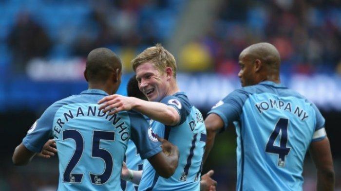 Pemain Manchester City Kevin de Bruyne merayakan kesuksesannya mencetak gol ke gawang Crystal Palace pada laga pekan ke-35 Liga Inggris di Etihad Stadium, Manchester, Sabtu (6/5/2017)