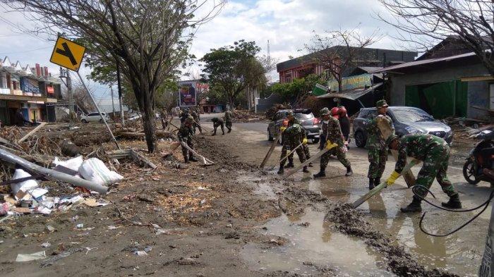 Prajurit Marinir Bersihkan Pantai Talise Palu, Tempat Paling Parah Terdampak Gempa dan Tsunami