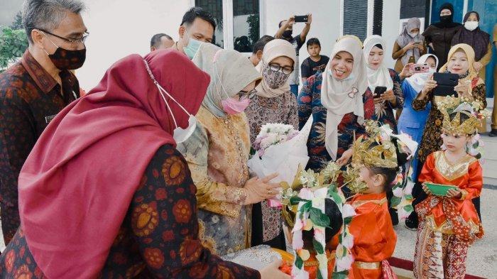 Bunda Paud Provinsi Jambi Hj Rahima Fachrori melantik Bupati Muaro Jambi, Hj Masnah Busro sebagai Bunda Paud Muaro Jambi