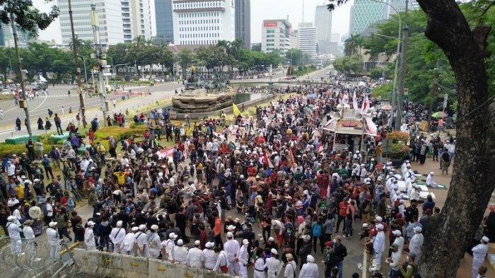 Massa aksi demo tolak UU Cipta Kerja di Jakarta.