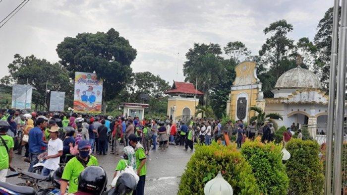 Massa demo SPI di depan Kantor Bupati Tebo, Kamis (5/11/2020).