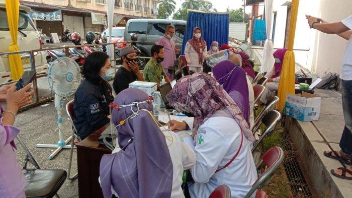 Masyarakat Antusias Ikuti Vaksinasi Covid-19 Secara Massal di Pasar Atas Sarolangun