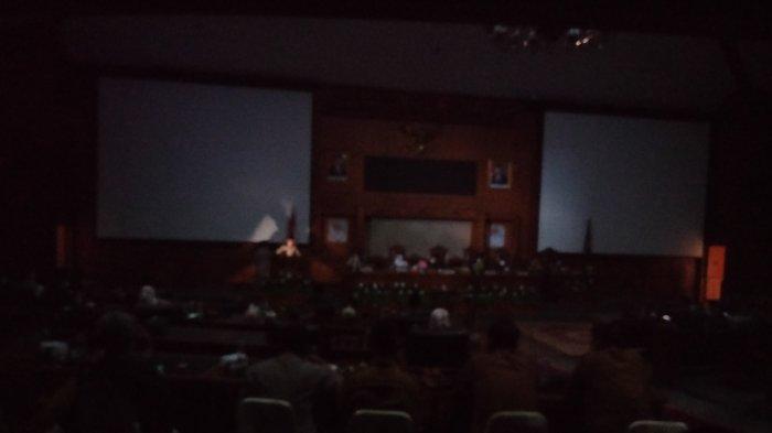 Sidang Paripurna DPRD Muarojambi Dihiasi Mati Lampu, Duduk Bupati Disinari Flash Telepon Genggam.