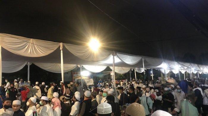 Masyarakat padati kegiatan Maulid Nabi Muhammad SAW dan akad nikah putri keempat Rizieq Shibab, Najwa Shibab yang digelar di Jalan KS Tubun, Jakarta Pusat, Sabtu (14/11/2020).