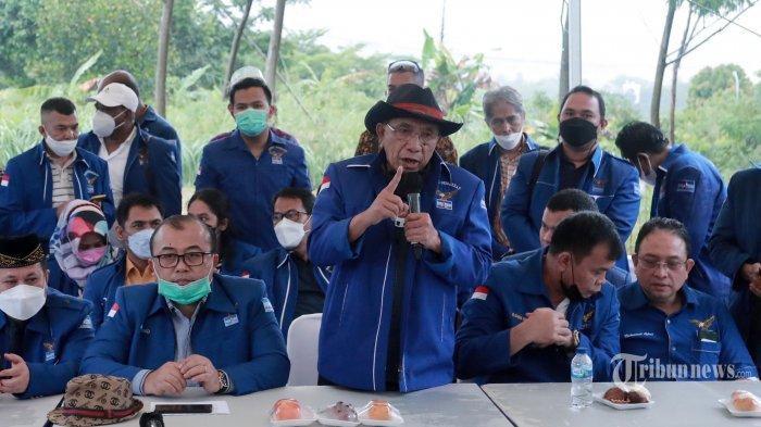 Ketua Dewan Kehormatan Partai Demokrat versi KLB Sumut, Max Sopacua memberikan keterangan kepada wartawan saat konferensi pers di Bukit Hambalang, Kabupaten Bogor, Jawa Barat, Kamis (25/3/2021). Dalam keterangannya, Hambalang akan menjadi titik awal Partai Demokrat di bawah kepemimpinan Moeldoko. Selain itu, mereka berharap Menteri Hukum dan HAM (Menkumham), Yasonna Laoly segera mengesahkan kepengurusan KLB Sumut.