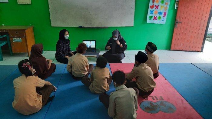 Melalui program kampus mengajar mahasiswa dari 3 universitas yang berbeda, membantu dalam pengajaran program kampus mengajar