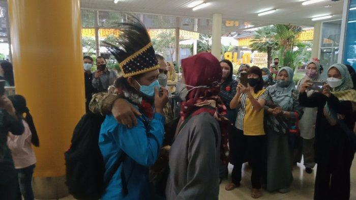 BREAKING NEWS Melisa Atlet Wushu Bawa Medali Emas PON XX Papua, Disambut Masyarakat Kota Jambi