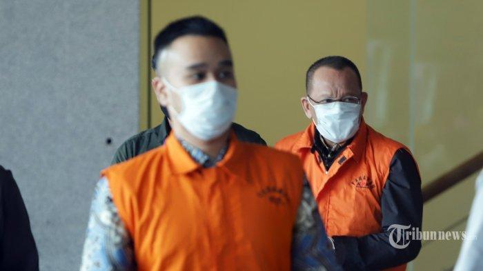 Mantan Sekretaris Mahkamah Agung (MA) Nurhadi (kanan) dan menantunya Rezky Herbiyono memakai baju tahanan Komisi Pemberantasan Korupsi (KPK) usai menjalani pemeriksaan di gedung KPK, Jakarta, Selasa (2/6/2020). KPK menangkap Nurhadi dan Rezky Herbiyono yang sudah buron selama empat bulan terkait kasus dugaan suap gratifikasi senilai Rp 46 miliar.