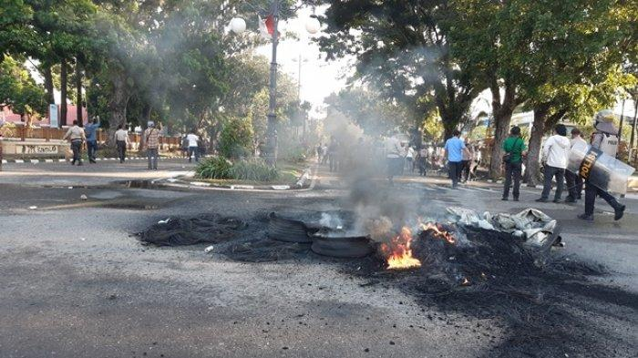 Mencekam, aksi mahasiswa tolak UU Omnibus Law di Kota Jambi berlangsung rusuh, Selasa (20/10/2020).