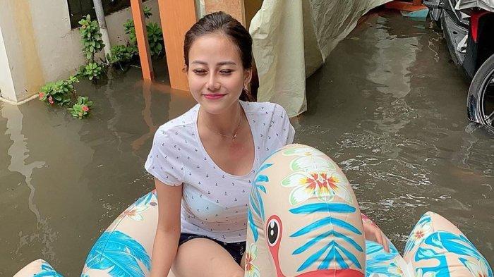 Mengenal Sosok Wanita Cantik Ngambang di Air Keruh Banjir Jakarta, Tampil Seksi dengan Ban Bebek