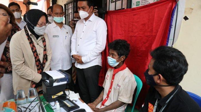 Menteri Sosial Tri Rismaharini saat meninjau perekaman e-KTP warga SAD.