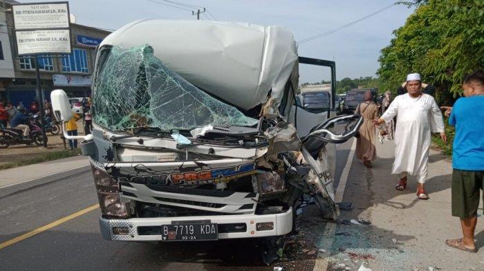Melaju Kencang dari Palembang Menuju Jambi, Sebuah Mobil Mikrobus Hantam Fuso yang Sedang Terparkir