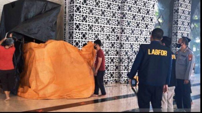 Tim Labfor Polda Sulsel melakukan olah tempat kejadian perkara (TKP) seusai mimbar Masjid Raya Makassar dibakar pada Sabtu (25/9/2021).