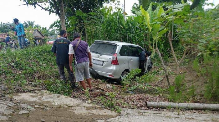 BREAKING NEWS Kecelakaan di Muarojambi. Avanza Vs Mobil PLN, Avanza Masuk Halaman Rumah Warga