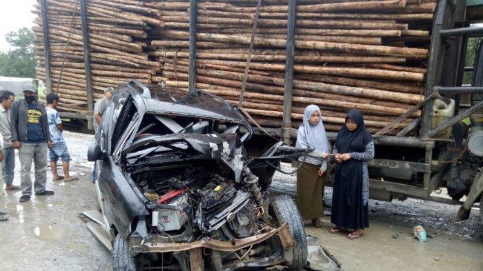 BREAKING NEWS Jalan Licin, Mobil Daihatsu Oleng Tabrak Truk Pengangkut Akasia di Tebing Tinggi