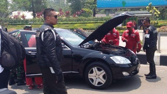 Mobil dinas kepresidenan mogok di Bundaran Digulis Universitas Tanjungpura, Pontianak, Kalimantan Barat. (istimewa)