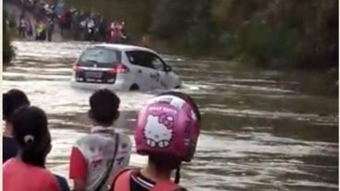 Detik-detik Mobil Hanyut Saat Coba Terobos Banjir Sungai Batang Pelawan Sarolangun, Warga Panik