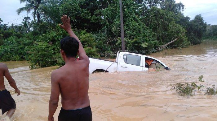 Satu Mobil dan Dua Motor Hanyut Diterjang Banjir di Sarolangun
