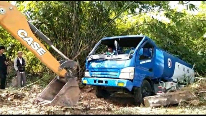 BREAKING NEWS Mobil Tangki Biru Masuk Jurang di Perbatasan Kecamatan Limun - Pelawan
