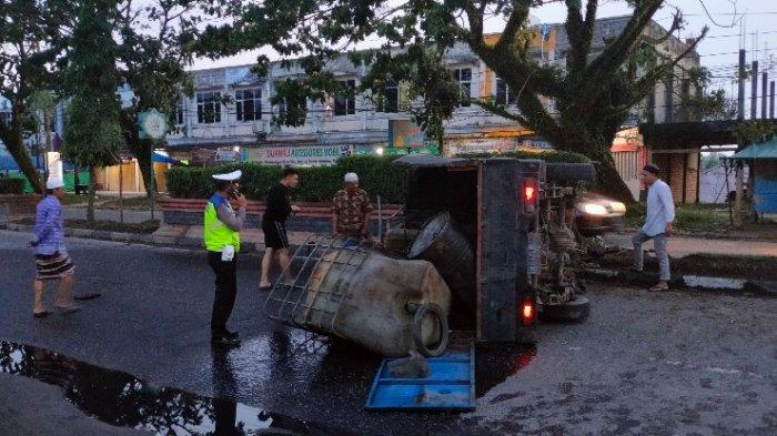 Mobil Pikap Bawa Minyak Terbalik di Jalinsum Sarolangun, Sopir dan Kernet Dilarikan ke Rumah Sakit