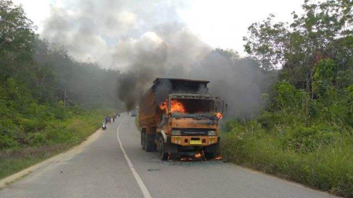 Disiram Air Malah Nyambar,Truk Pembawa Tanah di Bungo Terbakar