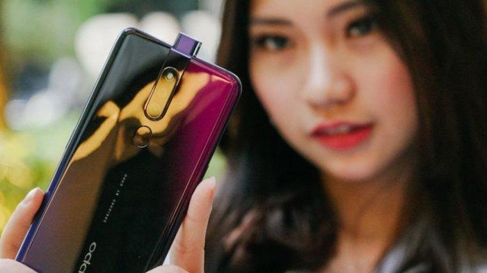 Model memperlihatkan kamera pop-up Oppo F11 Pro