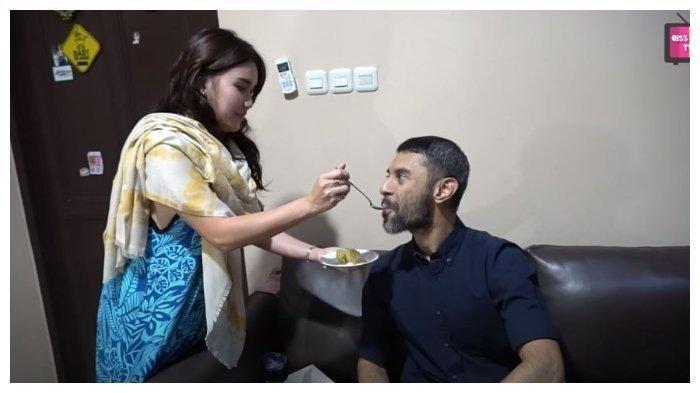 Momen Ayu Ting Ting suapi Didi Riyadi saat ulang tahunnya ke 28, diunggah Senin (22/6/2020). (Capture YouTube Qiss You TV)