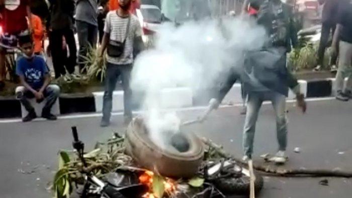 BREAKING NEWS Sepeda Motor Polisi Dibakar Massa, Polisi Kejar Mahasiswa Hingga Dalam Kampus Unja
