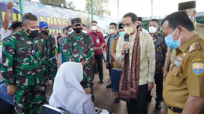 Mendikbud-Ristek Nadiem Tinjau Vaksinasi Pelajar dan Tenaga Pengajar di Korem 042/Gapu