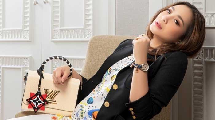 Celana Pendek Nagita Slavina yang Ngumpet di Balik Jas Bikin Netizen Ngelus Dada, Harganya Fantastis